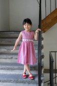 画像2: 【JiJiオリジナル】<br>チェリー刺繍の スモッキングワンピース<br>(サッカーレッドチェック)<br>2歳-8歳 (2)