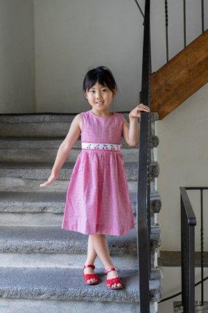 画像2: 【JiJiオリジナル】 チェリー刺繍の スモッキングワンピース (サッカーレッドチェック) 2歳-8歳