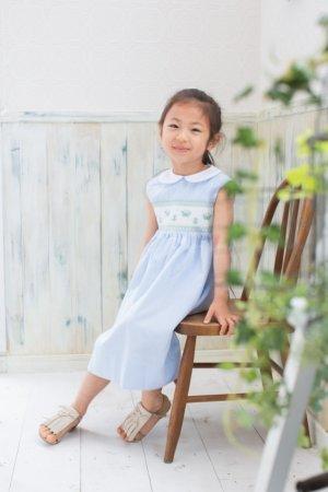 画像1: 【再入荷!!】蝶々が遊ぶスモッキングワンピース(コードレーン ブルーストライプ) 2歳4歳8歳